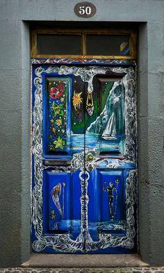 Um ein altes Viertel in Funchal zu verschönern, wurden die Türen der Häuser von Künstlern völlig unterschiedlich und faszinierend gestaltet.    Infos zu den Bildern und den Künstlern findet ihr leicht in dem originell gemachten Link  http://www.arteportasabertas.com/  Madeira 2014   Sorry,momentan ist es mir nicht möglich, Anmerkungen zu schreiben. Werde ich aber nachholen. Danke fürs Betrachten meiner Bilder.