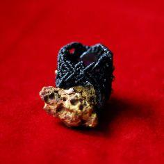 Anillo de macrame con Amatista y beads de brass. por luxurymacrame