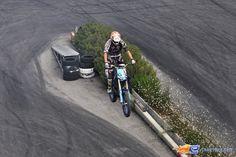 145/221 | Photo du stunt show, Scuola di Polizia situé à Mirabilandia (Italie). Plus d'information sur notre site http://www.e-coasters.com !! Tous les meilleurs Parcs d'Attractions sur un seul site web !! Découvrez également nos vidéos du show à ces adresses : http://youtu.be/DB4UCC9a3J0 & http://youtu.be/4F9wptkq8Uc