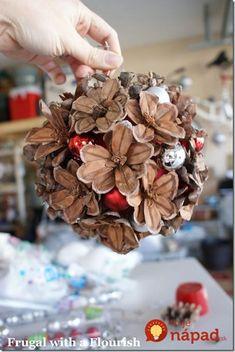 Ešte stále si ich stíhate nazbierať aj vy. Ak nechcete tento rok vyrábať klasické vence, či bežné ozdoby zo šišiek vcelku, skúste toto. Stačí vám pár týchto lesný plodov a môžete z nich mať úžasné zimné ale aj celoročné dokorácie do vašich príbytkov. Táto šikovná tvorilka vás inšpiruje krásny a netradičnými nápadmi!
