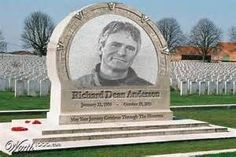 Richard Dean Anderson (McGyver), Wishing for a Swiss army knife. Cemetery Monuments, Cemetery Statues, Cemetery Headstones, Old Cemeteries, Cemetery Art, Graveyards, Julius Caesar, Unusual Headstones, Famous Tombstones