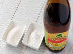 Простые и гениальные хитрости для уборки дома Очистить до блеска ванну и избавиться от застарелого налета можно при помощи смеси уксуса и соли. Смешиваем ингредиенты в пропорции 1:1 и отчищаем ванную до белизны.