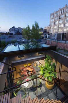 トライベッカに建つロフトハウスの屋上庭園から中二階のテラスを見下ろす