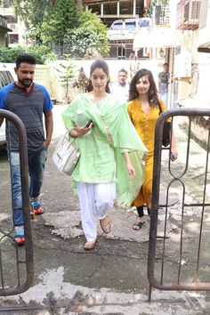 Jhanvi Kapoor sports an easy breezy salwar kameez for a regular day out It's cool, comfortable & no-fuss! Dress Indian Style, Indian Dresses, Indian Outfits, College Wear, College Outfits, Work Outfits, Indian Attire, Indian Wear, Desi Wedding Dresses
