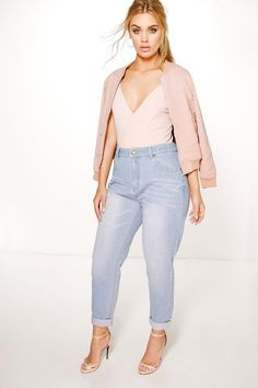 Plus Riley High Waisted Light Wash Mom Jean - Jeans - Street Style, Fashion Looks And Outfit Ideas For Spring And Summer 2017 Curvy Outfits, Casual Summer Outfits, Plus Size Outfits, Fashion Outfits, Style Fashion, Jeans Boyfriend, Curvy Jeans, Plus Size Mom Jeans, High Waisted Mom Jeans