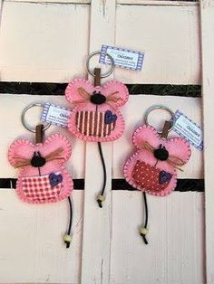 Discover recipes, home ideas, style inspiration and other ideas to try. Mouse Crafts, Felt Crafts, Fabric Crafts, Sewing Crafts, Diy Crafts, Felt Christmas Ornaments, Christmas Crafts, Couture Bb, Craft Projects