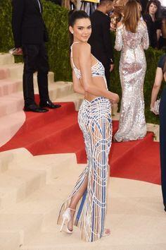 Kendall Jenner de Atelier Versace - MET GALA 2016: QUEM BRILHOU NO TAPETE VERMELHO DO EVENTO -