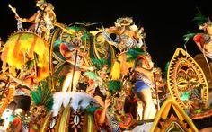 Em cima de carro alegórico, membros da Vila Isabel sambam nas alturas
