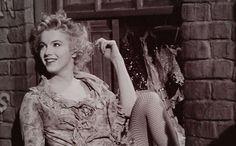 Mijn idool van vroeger en nog steeds eigenlijk zou 1 juni dit jaar 90 zijn geworden. Norma Jeane Baker oftewel Marilyn Monroe. Ik leerde haar kennen door mijn nicht, ze was fan maar werd te oud en gaf een groot deel van haar fan spullen aan mij door. Superleuk! Ik werd instant fan en spaarde vroeger alles van haar bij elkaar van mijn zakgeld. Tot ik ging samenwonen met mijn man destijds en ik mij er ook te oud voor vond. Dus een keer op Koninginnedag verkocht ik bijna alle posters…