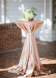 Peach and green wedding Photo: Joielala Photography