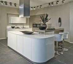 Moderne keuken met afgeronde hoeken! Voor meer inspiratie kijk op www.keukenstyle.nl of bezoek onze nieuwe showroom in Drachten.