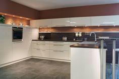 Tolle Küchenidee. Farben passen sehr gut und die grauen Fliesen harmonieren zum Weiß Modern, Kitchen Ideas, Kitchen Cabinets, Decoration, Home Decor, Tiles, Amazing, Colors, Kitchen Maid Cabinets