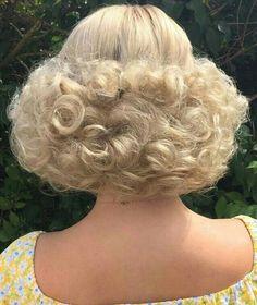 coiffure courte blonde mi courte #BouffantHairCurly