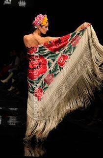 Manton co estilo Spanish Woman, Spanish Style, Flamenco Wedding, Hijab Fashion, Boho Fashion, Moda Boho, Boho Life, Silk Art, Silk Shawl