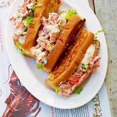 1 Verhit een grillpan tot hij goed heetis. Besmeer de hotdogbroodjes aanbeide kanten met boter en gril ze aanweerszijden tot ze lichtbruin zijn (letop dat ze niet verbranden).    2 Meng in een kom het kreeftenvlees,de...