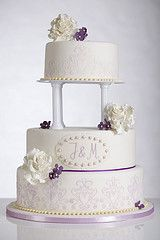 Romantische Hochzeitstorte mit fliederfarbenen Ornamenten