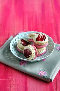 Macarons with Almond Tea Filling and Raspberry. In French but can be translated.