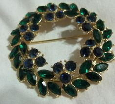 STUNNING VINTAGE CROWN TRIFARI BLUE & GREEN RHINESTONE WREATH BROOCH