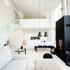Suuri huonekorkeus tuo mukavasti ilmavuutta tähän avaraan tilaan, jonka kruunaa jykevä ja moderni musta takka. Style At Home, Open Kitchen, Scandinavian Style, Baby Room, New Homes, Loft, Living Room, Interior Design, Architecture