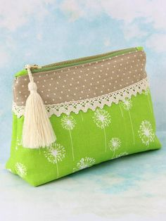 This simple cosmetics clutch pattern is elegantly designed with a curved yoke which is perfect for adding your favorite Fabric Purses, Fabric Bags, Best Leather Wallet, Clutch Pattern, Diy Sac, Zipper Pouch Tutorial, Sewing Projects For Beginners, Small Bags, Purses And Handbags