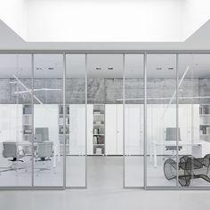 Silence Partition Wall by DOIMOffice. Silence si caratterizza per una struttura basata su un profilo in estruso di alluminio anodizzato fissato a soffitto e pvimento e dotato di piedino di regolazione.