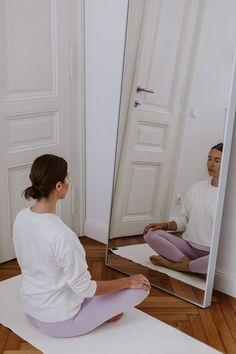 """Yoga ist eine der beliebtesten Sportarten bei ziemlich jedem Publikum. Egal ob man es für sich als ruhige Einheit nach der Arbeit oder als intensive """"Sweat Session"""" betreibt – das Schöne ist, dass es so viele Arten von Yoga gibt, dass für jeden Sporttyp etwas dabei ist. Für Anfänger haben wir einige Tipps parat, die den Einstieg erleichtern 👇 Kids Rugs, Wellness, Don't Care, Beginner Yoga, Tips, Nice Asses, Kid Friendly Rugs, Nursery Rugs"""