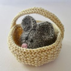 Knitting Pattern for Squeaky Mouse in Basket - This little mouse by the amazing Amanda Berry is long and wide, and the basket is approximately diameter. Knitted Dolls, Crochet Toys, Knit Crochet, Beginner Knitting Projects, Knitting For Beginners, Knitting Ideas, Arm Knitting, Knitting Stitches, Knitting Needles