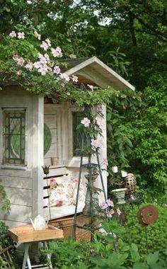 Die richtige Nische finden: Eine Bank braucht nicht viel Platz, und mit Rückwand und Dach ausgestattet, bietet sie schon fast so viel Komfort wie ein Pavillon. Etwas zurückversetzt zwischen größeren Sträuchern entsteht eine beschauliche Nische. Stellen Sie die Bank möglichst so auf, dass sich eine Sichtachse in den Garten hinein erschließt