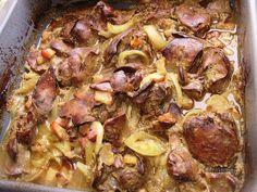 Jednoduché, rýchle, chutné. Keď kuraciu pečeň na tento spôsob ochutnáte, už inú ani robiť nebudete. Pečeň je mäkká, chutná a cibuľa s výpekom na čerstvom chlebíku je geniálna :) Slovak Recipes, Meat Recipes, Baking Recipes, Chicken Recipes, Dessert Recipes, Meat Chickens, No Cook Meals, Food Inspiration, Ham