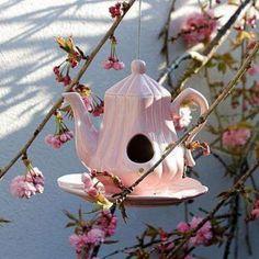 Ein süßes Vogelhaus aus einer alten Teekanne selber machen. Tolle Idee für jeden romantischen Garten und Vogelfreunde. Mehr Ideen gibt es auf www.Spaaz.de