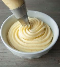 Pastry Cream Recipe ~ is the filling/base of many desserts. Use it to make/fill countless cakes, pastries, trifles, mousses, pies etc. You can also flavor pastry cream Frosting Recipes, Cake Recipes, Dessert Recipes, Dessert Sauces, Think Food, Cake Fillings, Cream Recipes, Melting Chocolate, Just Desserts