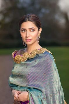 Who is Mahira Khan? Mahira Khan is a Pakistani actress and VJ. She appears in Pakistani movies and dramas . In 2006 Mahira Khan started her career as a VJ Mahira Khan Pics, Pakistani Actress Mahira Khan, Mahira Khan Dresses, Bollywood Actress, Punjabi Actress, Bollywood Celebrities, Pakistani Models, Pakistani Dresses, Pakistani Girl