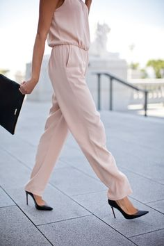 I need to get myself a jumpsuit. this blush jumpsuit is so easy and quick, while still looking chic. Look Fashion, Fashion Beauty, Womens Fashion, Fashion Trends, Street Fashion, Street Mode, Street Style, Looks Style, Style Me