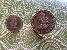 The left Button is Sisi.  Elisabeth kaiserin von Osterreich.Herzogin Bayern.