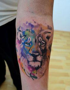 León tatuado con la técnica de acuarela