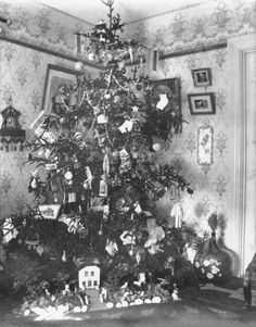Home interior with decorated Christmas tree, 1846 Halifax, NS. Old Fashion Christmas Tree, Christmas Tree Pictures, Old Time Christmas, Vintage Christmas Photos, Old Fashioned Christmas, Christmas Past, Victorian Christmas, Retro Christmas, Vintage Holiday