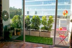 El césped artificial siempre queda genial en las terrazas y balcones, además necesita muy poco mantenimiento.