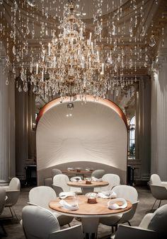 Solid Oak tables with leather base. Lights, Dome, refinement. Hotel Plaza Athenee - Jouin Manku