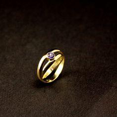 Het eindresultaat van Gouden damesring met Kunziet, vervaardigd van 2x Trouwringen #goudsmidmidmetpassie #herinneringen #herdenkingssieraden