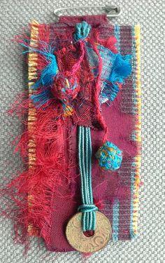 Broche/Médaille textile. Rouge pourpre et bleu par VeronikB sur Etsy