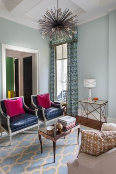 The intimately sized living room is home toapair ofFrench bergère chairs reupholstered in mottled navy leather.