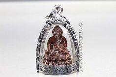 RARITÄT! - Phra Gring Buddha Thai Amulett Udom Somboon Yoo Soo Soo Ruun Throng Prathan Nuea Nawa Loha Gon Ngern (Silber) von seiner Heiligkeit, dem Supreme Patriarchen von Thailand, Somdej Phra Nyanasamvara (Phra Somdej Sangkarat) aus dem Wat Bowornivet (kurz Wat Bowon),  vom Freitag dem 15.03.2556 (2013). Das Amulett wurde anlässlich seines bevorstehenden 100. Geburtstages in einer nummerierten Miniserie von nur 799 Stück erschaffen.