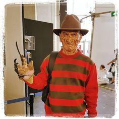 Het masker had Hennie al jaren toch is dit de eerste keer dat hij hem op heeft naar een con. En natuurlijk is hij op de foto geweest met #RobertEnglund zelf. De beste #NightmareOnElmstreet? 'De eerste natuurlijk!' #FreddyKrueger #horror #ComicConAmsterdam #denachtvlinders #cosplay #comiccon #geek #amsterdam