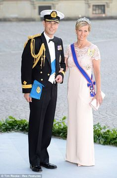 The British Royal Family was represented by the Earl and Countess of Wessex at the Swedish Royal Wedding on Saturday, 8 June Princess Madeleine of Sweden married Chris O'Neill an English banker. Prince Edward, Prince Charles, Swedish Royals, British Royals, Vestidos Color Perla, Countess Wessex, Lady Louise Windsor, Estilo Real, Isabel Ii