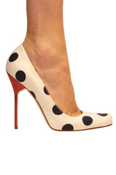 One can never go wrong with this chic and classic Polka Dot pumps by Manolo Blahnik Hot Shoes, Women's Shoes, Me Too Shoes, Shoe Boots, Stilettos, Pumps, Stiletto Heels, Dream Shoes, Dress Shoes