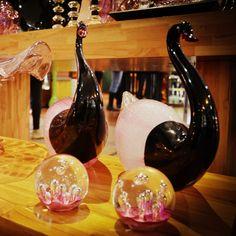 A cor-de-rosa significa romantismo, ternura, ingenuidade e está culturalmente associada ao universo feminino. Aliás, outras características como beleza, suavidade, pureza, fragilidade e delicadeza manifestadas pela cor rosa, geralmente, são também atribuídas às mulheres. Conte com as peças da #CristaisDeGramado para atrair a energia do rosa para o seu ambiente!    #CristaisDeGramado #Gramado #Decoração #Cristais #Cristal #Decoration #Decor #Decorating #Crystal