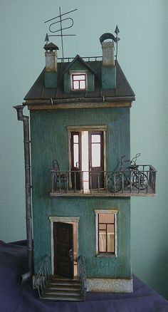 Russian doll house - looks like a Tim Burton movie set. Russian doll house - looks like a Tim Burton movie set. Paperclay, Miniature Houses, Fairy Houses, Small World, Little Houses, Interior Lighting, Architecture, Vintage Toys, Dollhouse Miniatures