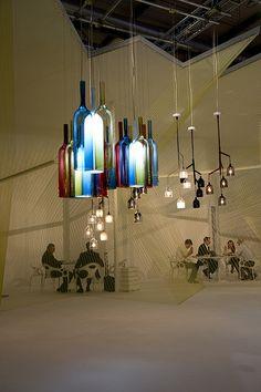 Todos os tipos de materiais são permitidos: cestas, porcelana, vidro, seda, madeira e metal.