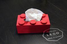 Ce mercredi je vous propose un tuto très simple à réaliser avec votre enfant : une boîte de mouchoirs « LEGO ». Avec quelques « ingrédients » et 6 bouchons de bouteilles de lait, vous pouvez créer cet objet original en quelques minutes. C'est parti…     Pour réaliser cette boîte de mouchoirs «