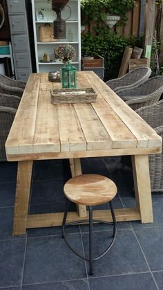 This robust garden table with table top of 6 cm thick beams is great in your garden or on the terrace. More info via Diy Dining Table, Rustic Table, Patio Table, Wooden Tables, Farmhouse Table, Outdoor Tables, Handmade Furniture, Rustic Furniture, Diy Furniture
